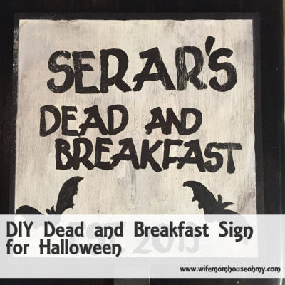 DIY Dead and Breakfast Sign for Halloween www.wifemomhouseohmy.com